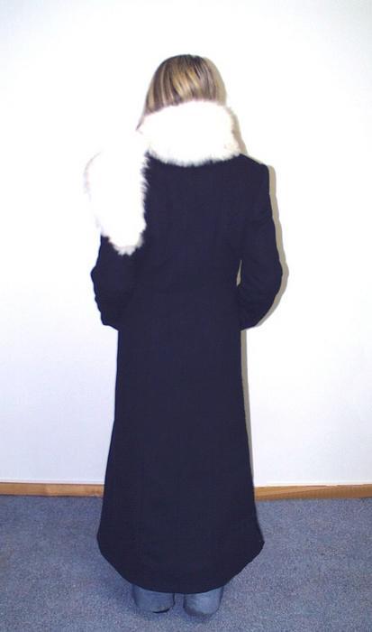 Drapo paltas  o Iš tamsiai mėlynos spalvos drapo o Apykaklė stovė, su prisegamu lapės kailiu o Užsegimas vieneilis, užsegamas sagomis o Reljefinės siūlės priekio ir nugaros dalyse o Priekio reljefuose - vertikalios įleistinės kišenės su lystele o Rankovės dvisiūlės o Paltas yra su pamušalu, pašiltintas dvigubu sluoksniu o Palto siluetas platėjantis į apačią o 40% Kašmyras / 60% Vilna